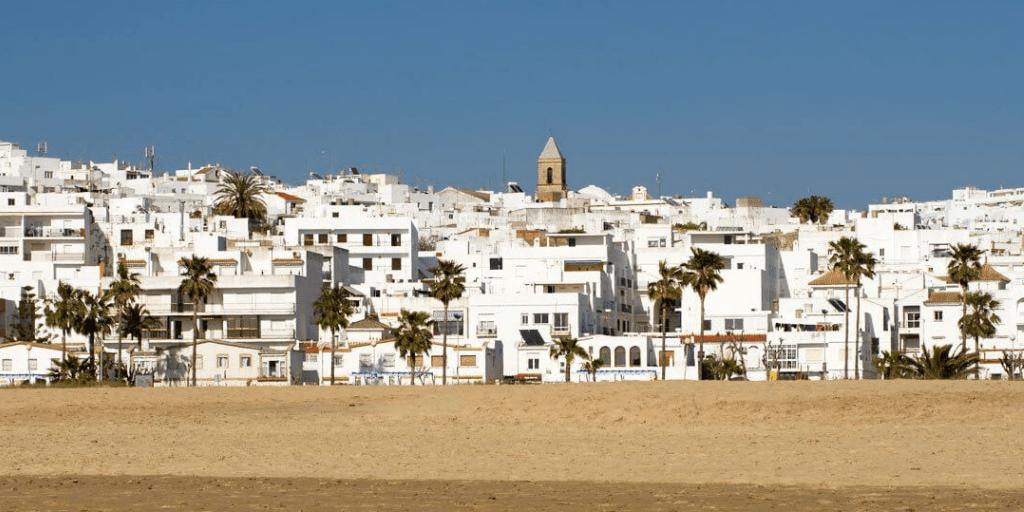 pueblos más bonitos de andalucía con playa